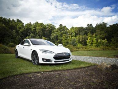 ¿Cómo Tesla ganó el mercado de autos eléctricos?