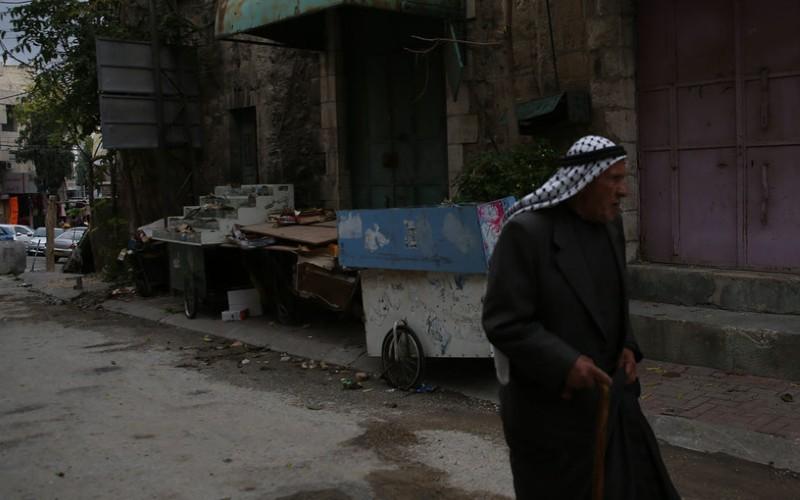 Palestino en una calle de Hebrón Cisjordania