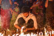 Gente en Yangon desafiando el toque de queda